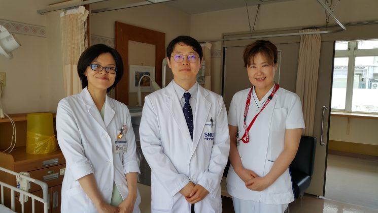 研修医と認定看護師さんと一緒に。差額ベッド代のない韓国ケア病棟に「peaceful」と感動されてました