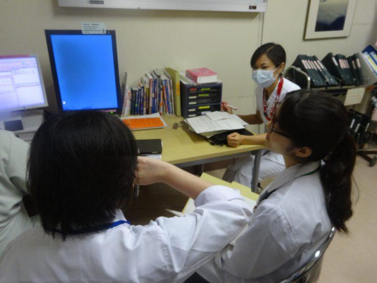 患者さんインタビューの前に病棟の看護師さんからレクチャーを受けます